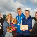 Kicker von Dorf-gegen-Heide überreichen Verein Herzenswünsche Spende