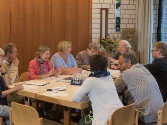 Gruppe am Tisch im evangelischen Gemeindezentrum in Münster-Wolbeck.