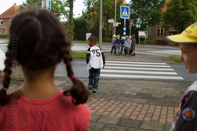 Grundschulkinder üben sicheres Verhalten im Verkehr