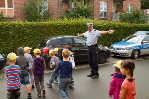 Grundschulkinder üben sicheres Verhalten im Verkehr 1