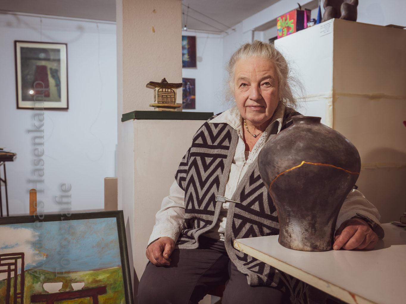 Kintsugi, Pagode, ein gemalter Traum – Angela Hoebinks Kunstschaffen spiegelt zugleich Begegnungen mit Menschen und Poesie - viele davon in ihrem Kreativzentrum _punkt_.. Foto: A. Hasenkamp.