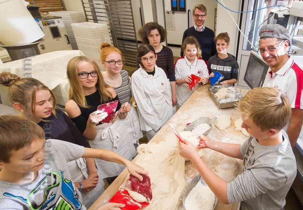 Backen für Brot für die Welt in der Bäckerei Kisfeld mit den Konfirmanden des Jahres 2017. Foto: A. Hasenkamp, Fotograf in Münster.
