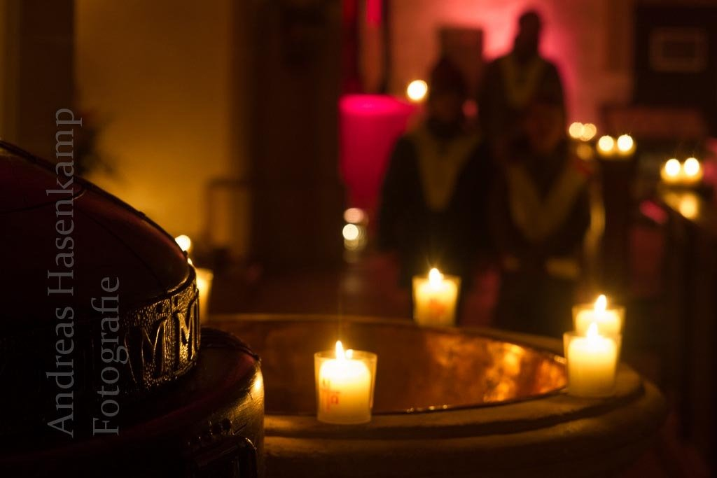Lichter in der Kirche St. Nikolaus, hinten am Seiten-Altar stehen Kerzen für ertrunkene Flüchtlinge. Foto: A. Hasenkamp, Fotograf in Münster.