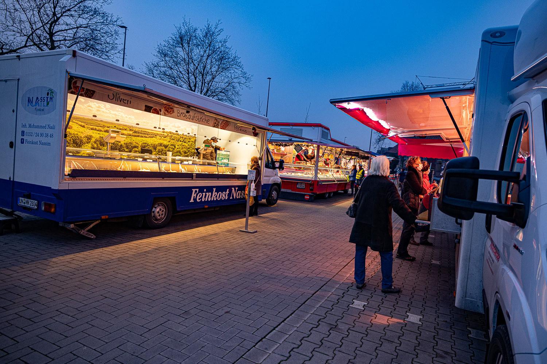 Guter Besuch in der Dämmerung auf dem Wochenmarkt in Münster-Wolbeck. Foto: A. Hasenkamp.