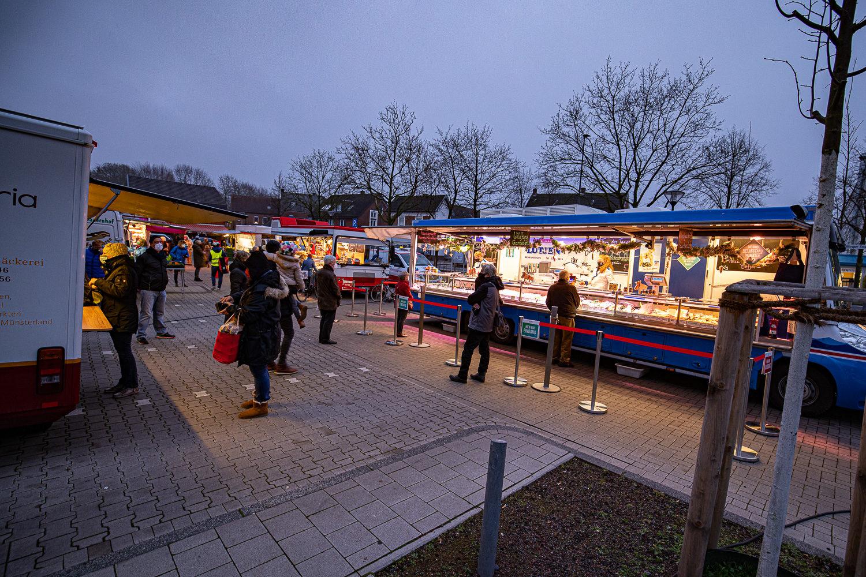 Der Fischstand auf dem Wochenmarkt in Münster-Wolbeck scheint beliebt zu sein. Foto: A. Hasenkamp.
