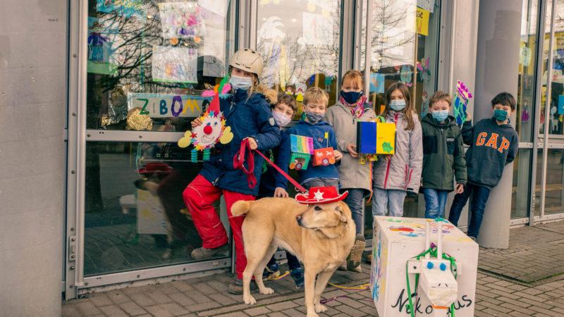 ZiBoMo-Umzug in Bildern von Schülern der Nikolai-Grundschuler- gemalt von Kindern der Nikolai-Grundschule. Foto: Andreas Hasenkamp.
