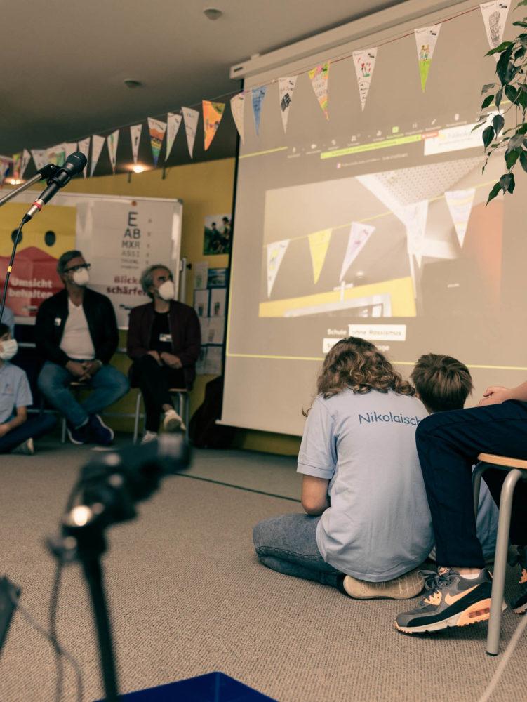Ein Video mit vielen Stimmen wird gezeigt.