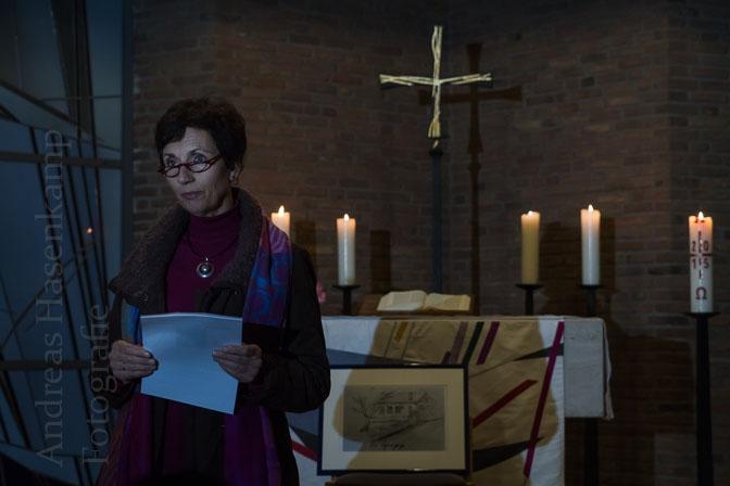 Gudrun Beckmann-Kircher las ein Gedicht von Stephan Hermlin in der Christuskirche in Wolbeck.