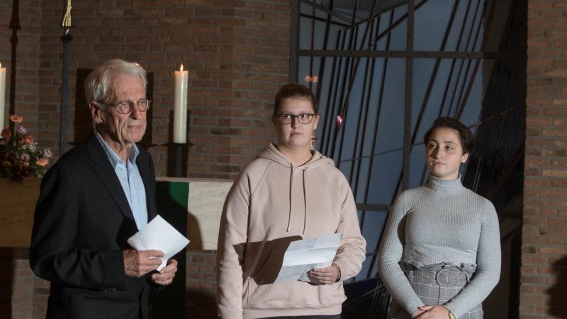 Peter Schilling ergänzt in der Christuskirche die Texte von Emily Wörmann und Leonie Aliev. Foto: A. Hasenkamp.