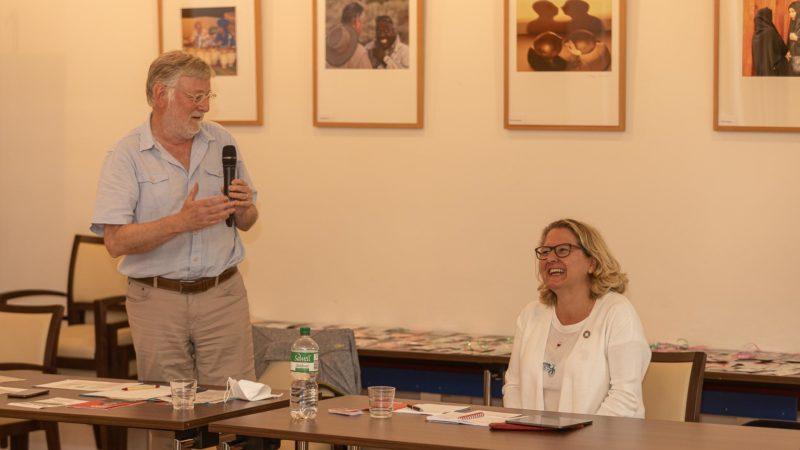 Stellte sich sehr vielen Fragen nicht nur zur Umwelt: Bundesumweltministerin Svenja Schulze mit Moderator Rainer Wagner. Foto: anh.