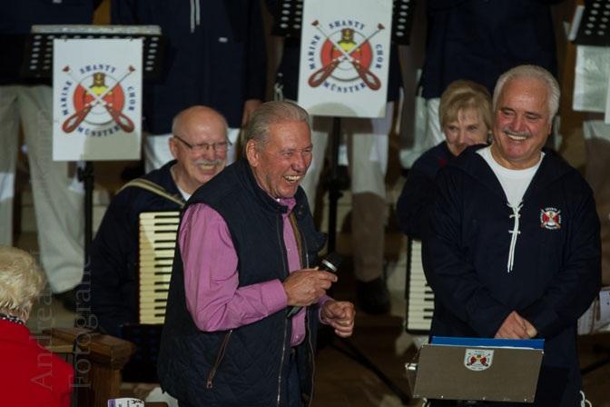 Horst-Herbert Camen dankt dem von Eckhard Lechermann geleiteten Shanty-Chor beim Benefiz-Konzert des Marine-Shanty-Chors Münster in der Kirche St. Nikolaus. Foto: A. Hasenkamp, Fotograf in Münster.