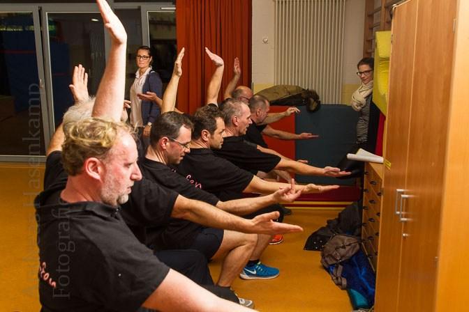 Vorn wie hinten muss alles stimmen: Kritisch beäugen Christine Kathrein und Motivations-Fee Sarena Sauermann das Training der XXL-fen. Foto: A. Hasenkamp, Fotograf in Münster.