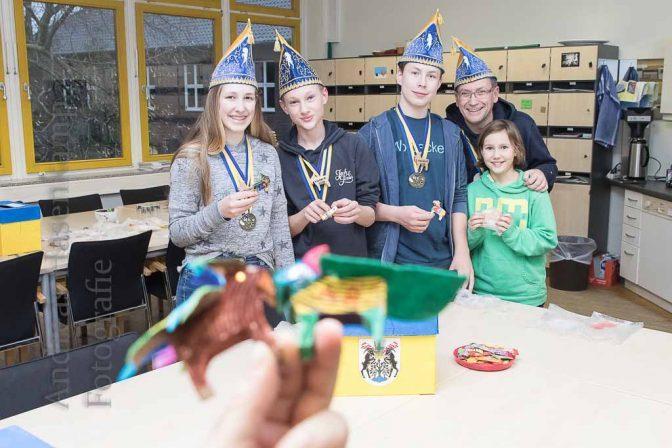 Grundschüler verzieren Holz-Ziegenböcke Florian des Zweiten 2