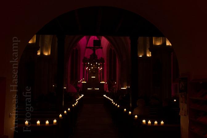 Kerzenschein als Zeichen der Hoffnung im Dunkel in St. Nikolaus Wolbeck. Foto: A. Hasenkamp, Fotograf in Münster.