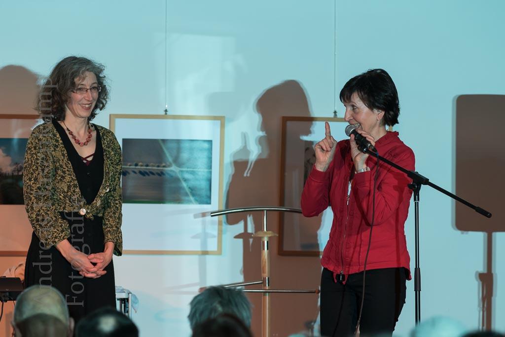 Musikkabarett zum 100. Weltfrauentag lockt ins Achatiushaus Julia Hagemann besticht mit Gesangsqualität, Kreationen und Reimkunst