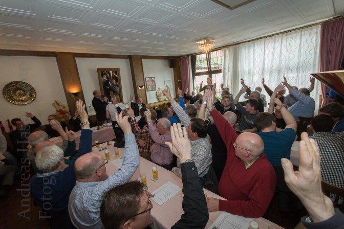 Klares Votum für ein Vogelschießen: Die Brüder der St. Achatius-Nikolai Bruderschaft hatten anderes intensiv zu debattieren. Foto: A. Hasenkamp, Fotograf in Münster.