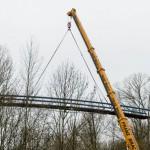 Brücke schwebt am Kranhaken über die Angel in Wolbeck
