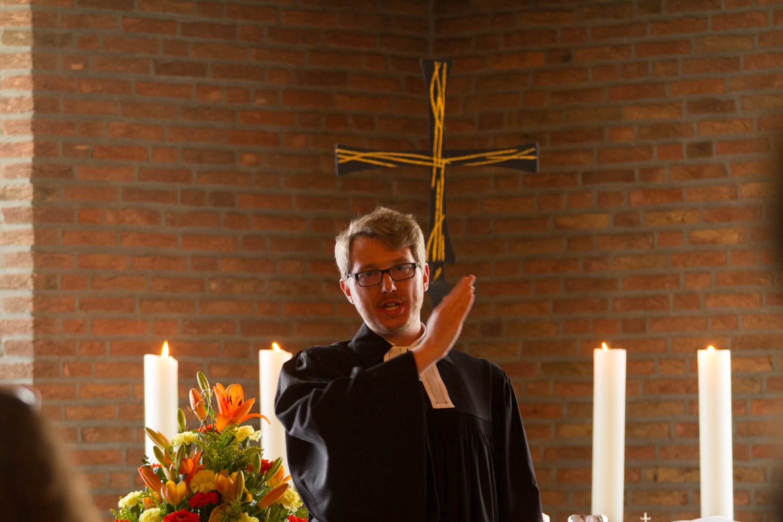 Pfarrer Dr. Christian Plate im Konfirmations-Gottesdienst in der evangelischen Christuskirche. Foto: A. Hasenkamp.