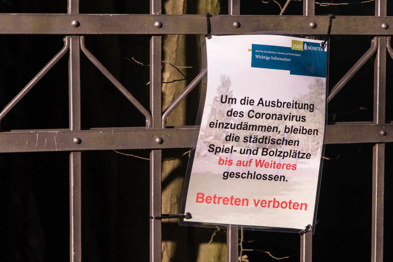 Corona-Hinweise am Eingang zum Park des Drostenhofes in Münster-Wolbeck. Foto: A. Hasenkamp.