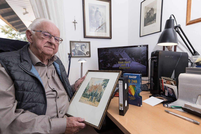 Heinrich Gallenkämper mit Video-Kassette, seinem neusten Video auf dem PC und einem Gemälde von 1935. Foto: A. Hasenkamp.