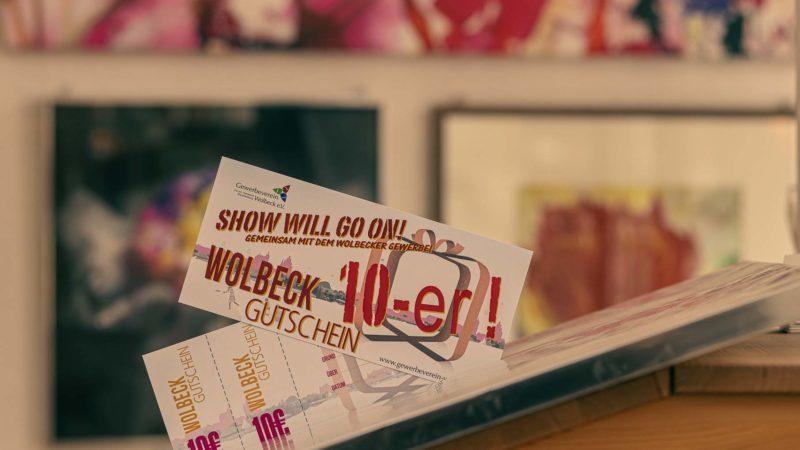 """""""Show will go on"""": Den Wolbeck-Gutschein des Gewerbevereins Wolbeck gibt es jetzt in neuer Auflage zu erwerben. Foto: A. Hasenkamp."""