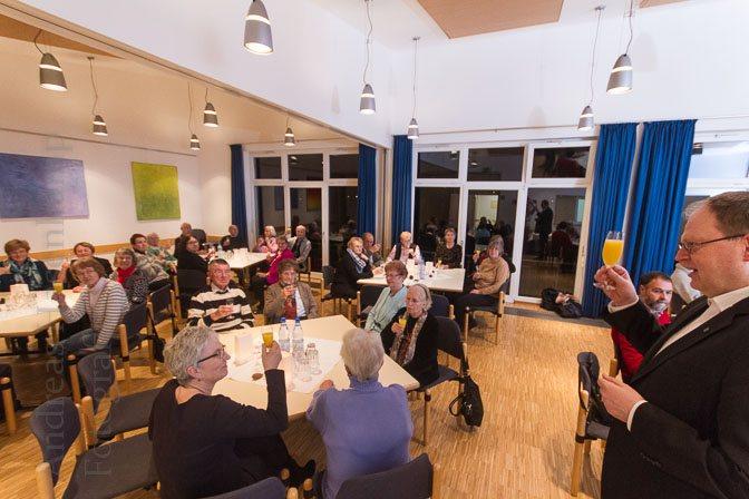 Nach dem Anstoßen auf das neue Jahr und die Organisatorin Barbara Rosengarten ging es an Gespräche und Buffet. Foto: A. Hasenkamp, Fotograf in Münster.