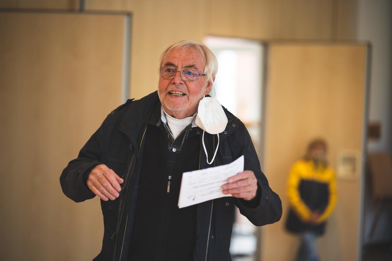 Walter Hornung, Vorsitzender Kaninchenzüchter Münster,spricht zu Gästen der Kleintierschau an der Seite von Dirk Ruppel. Foto: A. Hasenkamp.