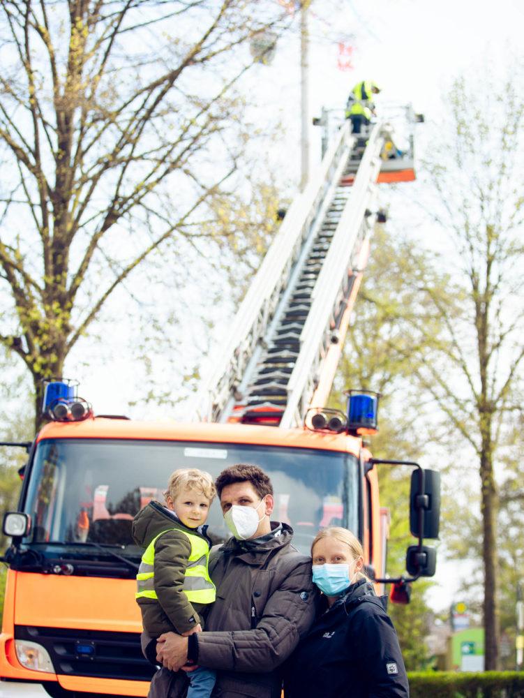 Von Hühner-Besuchern zu Feuerwehr-Kennern: Die Familie von Henri vor der Drehleiter