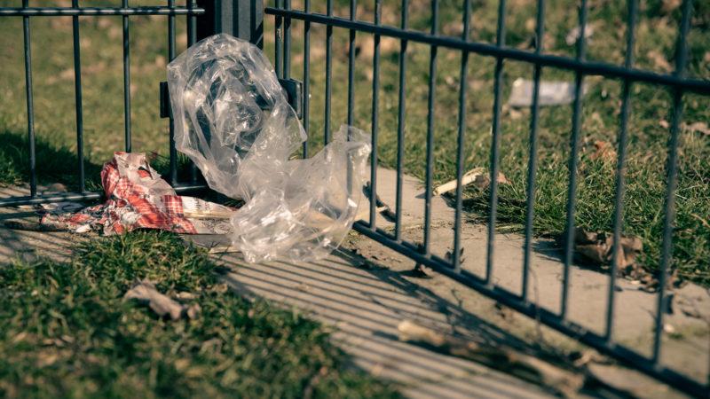 Verwehter Müll am Spielplatz an der Holtrode.