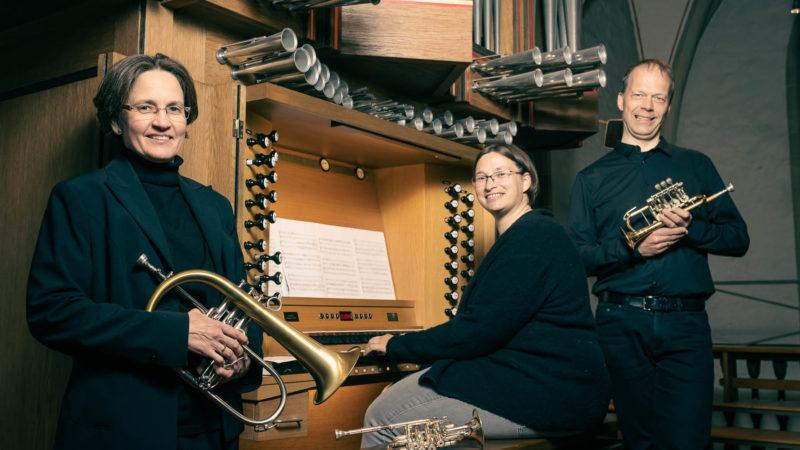 Anja Bareither, Sabrina Blüthmann und Thomas Stählker, mit Flügelhorn und Piccolo-Trompeten in St. Nikolaus. Foto: A. Hasenkamp.