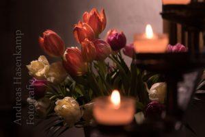 Tulpen hinter Kerzen in der Kirche St. Nikolaus
