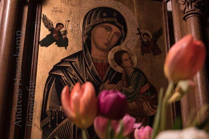 Bildnis der Mutter Gottes mit ihrem Sohn hinter Tulpen