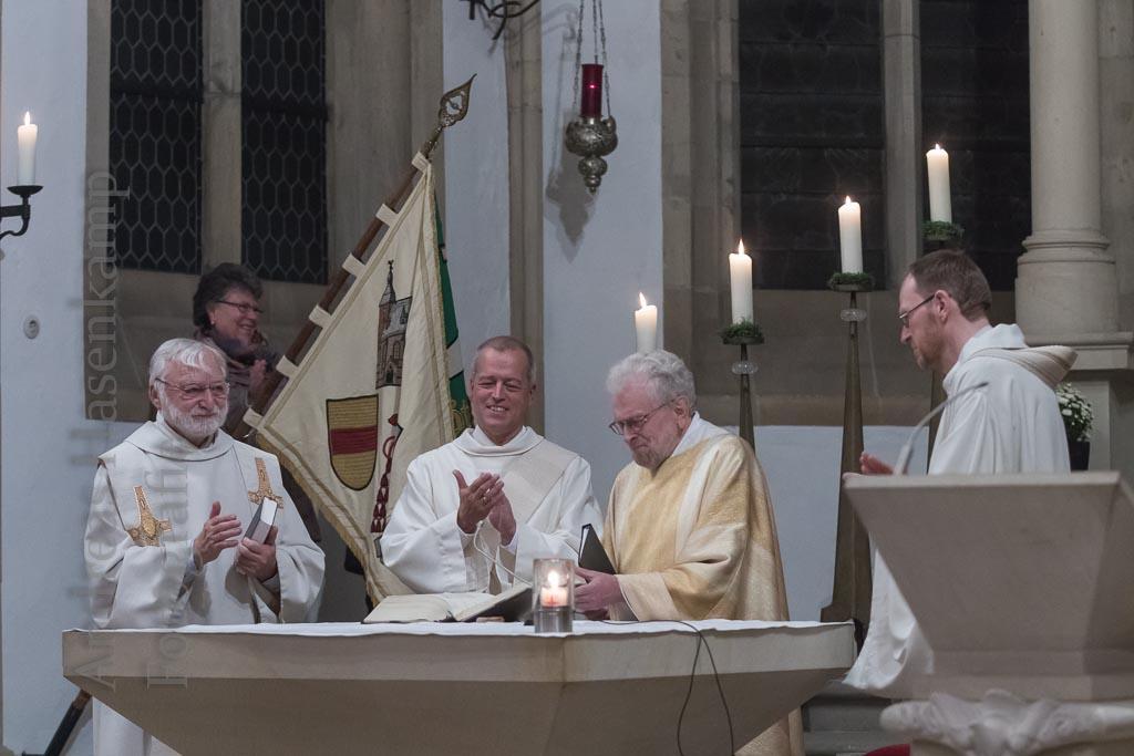 Pater Theodor Vogelpoth feierlich mit Messe verabschiedet