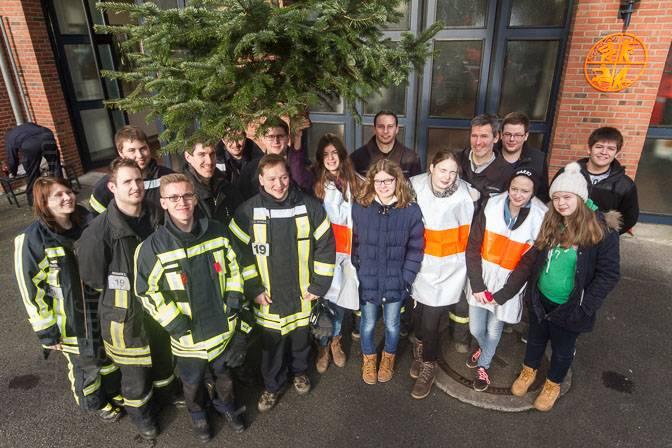 Tannenbaum-Aktion 2016 mit Messdienern und Feuerwehrleuten