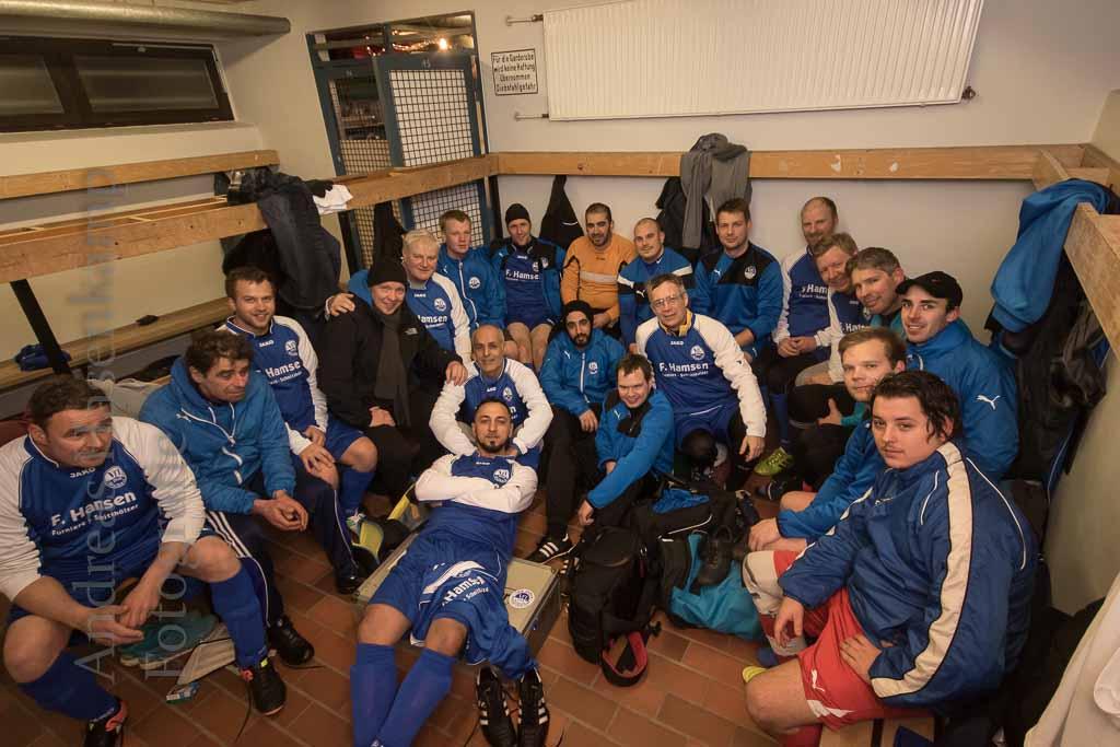 Das Allerletzte  Dritte Mannschaft trifft Altherren des VfL zum Jahresabschluss-Spiel
