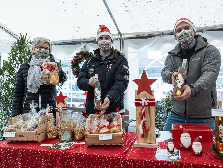 """Von Kipferl bis Zimt bot der """"Weihnachtsmarkt to go"""" eine Auswahl: Elisabeth Sültemeyer, Marus Becker und Thomas Kuhlenkötter. Foto: A. Hasenkamp."""