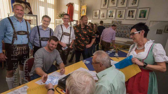 Männer in Oktoberfest-Tracht im ZiBoMo-Museum beim Vorverkaufs-Start.